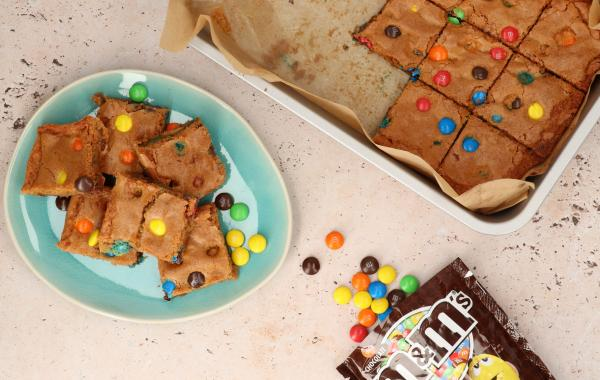 Kids, kidsrecept, blondies, koekje, m&m's, snel klaar, comfort food, bars, zoet, spar.be