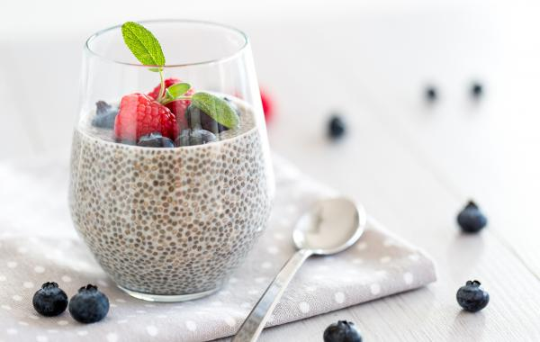 chia, pudding, framboos, blauwe bessen, ontbijt, powerfood, kokosmelk, spar.be