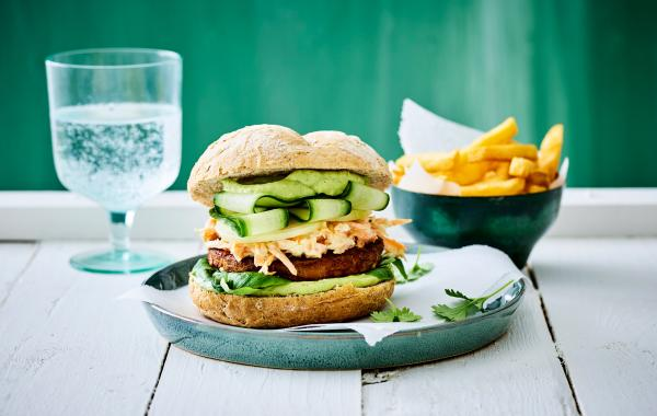 veggie, vegetarisch, burger, frietkes, avocado, feta, saus, kids, kidsrecept, weekrecept, spar.be
